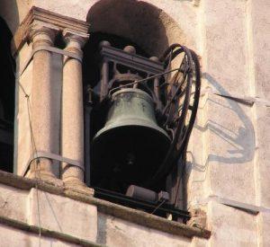 Salire sul campanile dove le campane sono suonate a mano