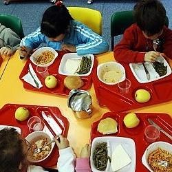 Come mangiano i bambini in mensa?