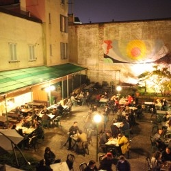 Per bersi una birra all'aperto,  in un vecchio cortile in Ticinese