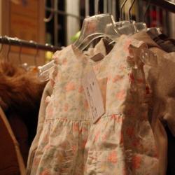 Attrezzatura e vestiti usati per bambini