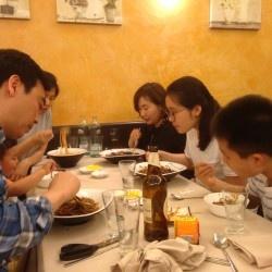 Mangiare noodle come in Korea (ma siamo a Lambrate)