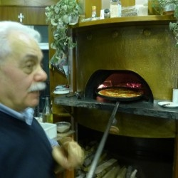 La tradizionale pizza al trancio di Pino
